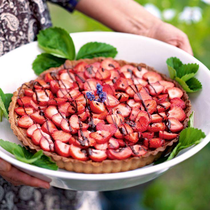 Halverade jordgubbar över hela pajen gör den extra inbjudande.