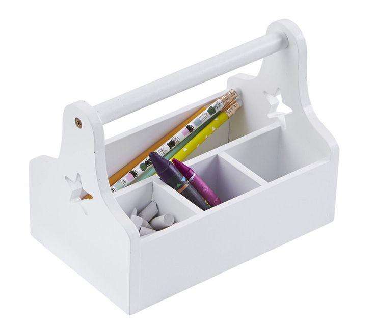 Kids Concept Förvaringslåda Star Vit är en smart och praktisk förvaringslåda i trä. <br>Perfekt förvaringslösning med fyra fack för pennor, sudd, papper, småplock och annat som behöver organiseras. Passar utmärkt på skrivbordet och förflyttas lätt med hjälp av det stadiga handtaget när det är dags att måla eller göra läxor i någon annan del av hemmet. Samla allt du behöver inför läxläsningen eller målarstunden! <br><br>Förvaringslådan finns även i flera härliga färger!<br><br>Mått: L 21 x B…