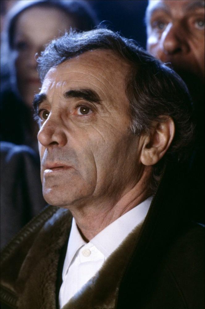 """Charles Aznavour (arménsky: Շառլ Ազնավուր, * 22. května 1924, Paříž) je arménsko-francouzský šansoniér, zpěvák, písničkář, textař, herec, diplomat a podnikatel. Hrál nebo vystupoval v 60 filmech, složil přes 1000 písní a prodal přes 100 milionů hudebních nosičů.Charles Aznavour je často označován za """"francouzského Franka Sinatru"""", často zpíval o lásce."""