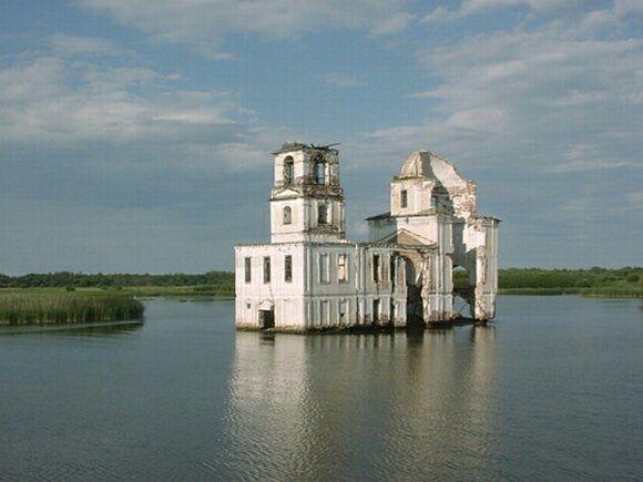 Kerken, kastelen en andere 'verdronken' gebouwen kunnen herinneren aan kleine dorpjes die ooit bestonden, maar inmiddels overstroomd zijn. Andere gebouwen, zoals de Kalyazin Bell Tower in Rusland, zijn opzettelijk gebouwd (de Kalyazin in opdracht van Stalin) op een klein eilandje dat omgeven werd do
