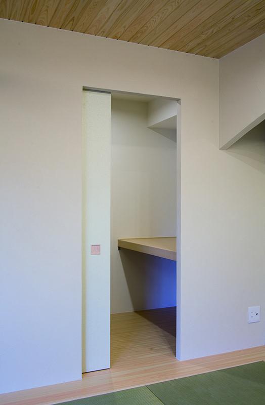 引込襖の奥は季節の衣類から来客用の寝具まで収納できる 大容量の納戸空間です。|ウォークイン|インテリア|リフォーム・リノベーション|