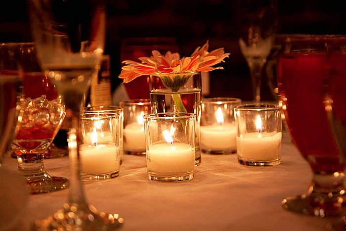 Kerzen in kleinen Vasen