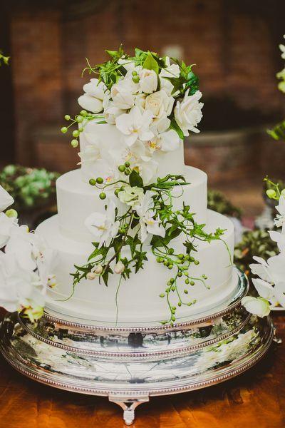 Bolo de casamento no campo - flores de açúcar - Branco e verde ( Bolo: The King Cake | Foto: © Marina Lomar Fotografia )