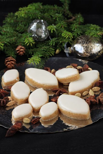 On dine chez Nanou   Calissons à l'orange et à la cardamome   Pour la soirée de nouvel an rien de mieux que des petites douceurs comme les calissons par e...