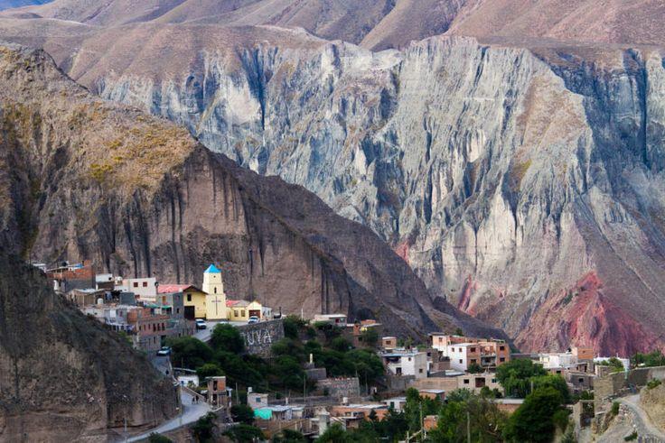 Argentina puede inspirar a viajar en esta selección de65 imágenes(aunque tal vez sean necesarias menos). En esta ocasión nos concentramos en imágenes de algunos de sus pueblos escondidos entre montañas. La cordillera de los Andes es el límite natural hacia el oeste que separa Argentina con Chile, un cordón que se extiende miles de kilómetros …