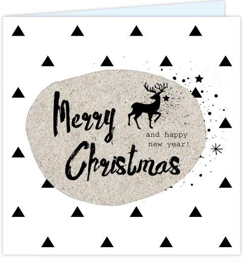 Feestelijke vierkante kerstkaart met driehoekjes patroon op de ondergrond en kraft look kader met stoere handlettering teksten en zwarte kerst icoontjes erin! Geheel naar eigen wens aan te passen.