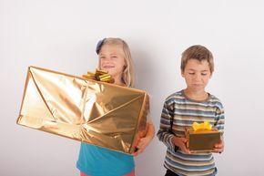 Vaak het hoogtepunt van het kinderfeestje voor de kinderen, en niet alleen voor de jarige. Het uitpakken van de cadeautjes. Want wat heeft wie gegeven? Ze kunnen natuurlijk niet wachten met uitgeven. Helemaal als het op woensdagmiddag is, dan zit het al de hele ochtend in hun tas te branden dus willen ze niets liever …