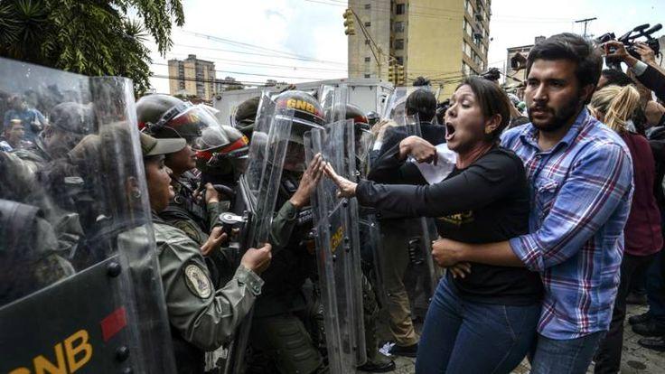 Het besluit van het hooggerechtshof om alle bevoegdheden van het parlement over te nemen, leidt tot veel kritiek in het Zuid-Amerikaanse land.