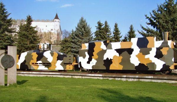 Pancierový vlak z obdobia II. sv. vojny dnes vystavený neďaleko hlavnej železničnej stanice vo Zvolene a súčasne priamo pod Zvolenským zámkom ako pamätník SNP v meste Zvolen.