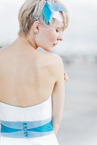 noni 2015 Brautkleid mit Rauten, moderne grafische Muster für den Gürtel in Türkis und Blau, passendes Headpiece mit Rauten und Hutschleier  (www.noni-mode.de - Foto: Le Hai Linh)