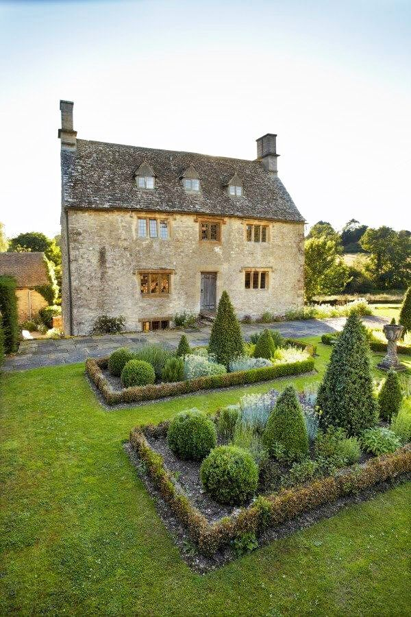 17th-century Manor House, Oxfordshire, England, property of Philip Mould, Source: June 2013 issue of House & Garden