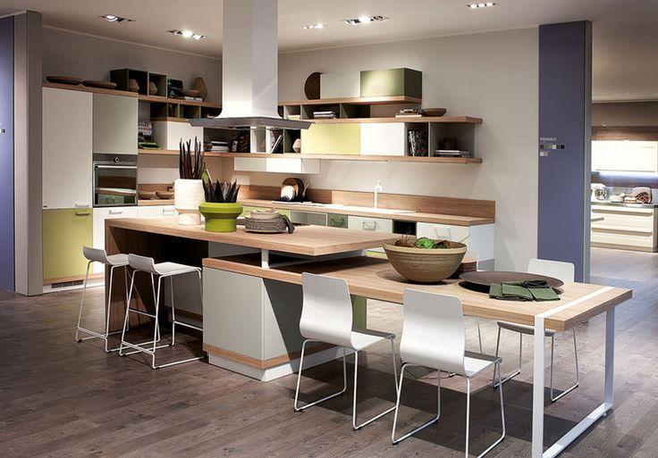 La estética y composición del salón se cuela en la cocina Foodshelf diseñada por Ora-ïto para Scavolini, con frentes que combinan madera y lacado brillo en varios colores, creando un aire cálido y actual