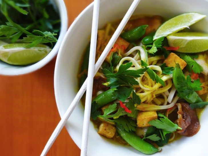 Ken je de leuke blog Cuisine de Clementine al? Onlangs schreef ze over dit heerlijke gerecht met kruidige Udon Noodles, shii-take en knapperige tofu. Mmm…! Kook de noodles volgens de gebruiksaanwijzing op de verpakking. Doe ondertussen de gember, citroengras, chilipeper, sjalotjes, knoflook, kurkuma en zout in een keukenmachine en hak fijn. Giet al mixend (of …