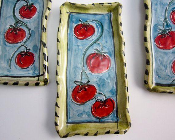 Petites tomates cerises grâce à ma petite main formé rouge poterie argile terrine et est sûr de plaire. Je part former chaque morceau et glacer avec la conception de tomate cerise, une heure d'été préférée. Le groupe de tomates sont sur un fond bleu turquoise entouré de vert olive. Le dessous est la terre cuite non émaillée est poncée et a une petite marge de glacis.  Un amusant et cadeau fonctionnel Saint-Valentin pour votre chérie!  TAILLE: Chacun est unique - environ-5,75 6 x 2,75» en…