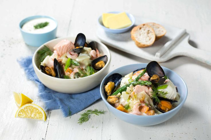 Med ferdig middagsbase, gjør du enkelt klassikeren om til en deilig luksusvariant med masse god fisk og skalldyr.
