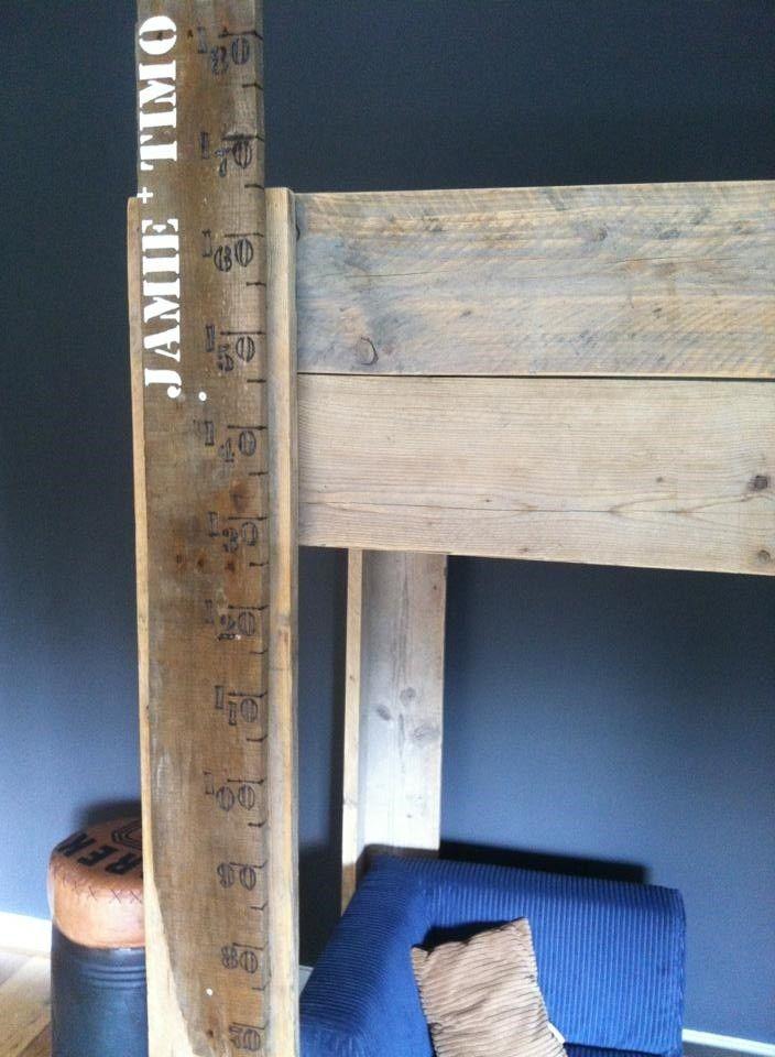 Oude plank als groeimeter , persoonlijk door de namen erop.