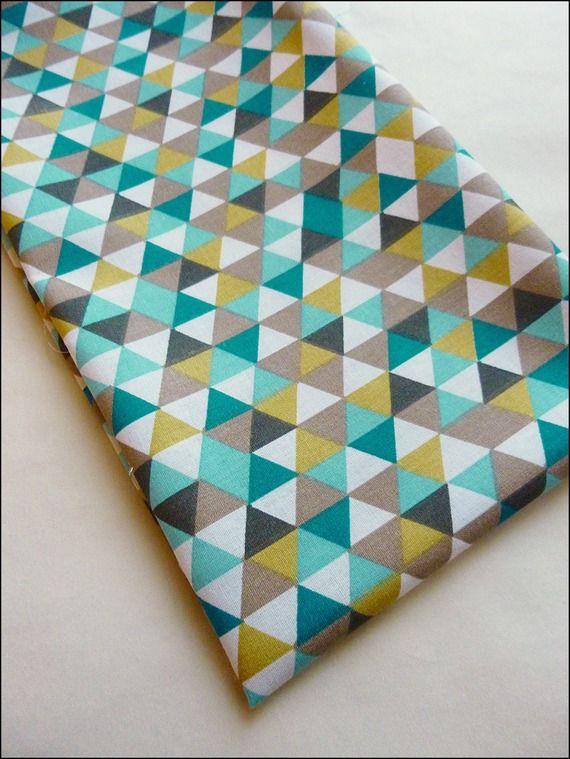 Tissu au mètre coton imprimé triangles jaune moutarde,blanc, bleu canard, marron, beige tendance vintage scandinave