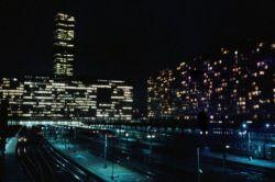 La Tour Montparnasse et la gare de nuit. Paris (XIVème arr.), octobre 1973. Photographie de Léon Claude Vénézia (1941-2013).