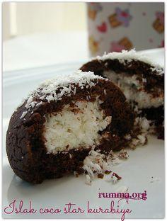 Islak kurabiye ve coco star kurabiye arası nefis bir tarif.. Hamuru için: Yarım paket oda sıcaklığında yumuşamış margarin veya tereyağ 1 çay bardağı sıvı yağ 1 çay bardağı pudra şekeri veya şeker 2 yemek kaşığı kakao 1 yumurta 1 paket vanilya 1 paket kabartma tozu Aldığı kadar un İçi için: 2 su bardağı hindistan cevizi …