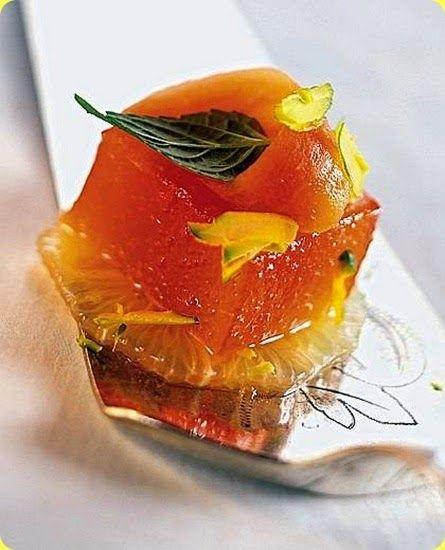 Gelatina di arance rosse Ingredienti: per 4 persone  30 g di gelatina in fogli 80 g di zucchero il succo di 1 limone 5 dl di succo di arance rosse appena spremute 1 pompelmo 1 piccola papaia 1/2 mela verde alcune foglioline di menta