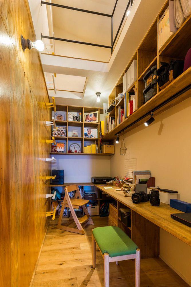 書斎上のロフトは ハシゴで上る というところも子どもたちの心をくすぐるポイント 木の壁には落書きをしてもokな仕様に ハコリノベ Sun Reform スタディスペース マンションリノベーション 書斎 ロフト リノベりす マンション リノベーション
