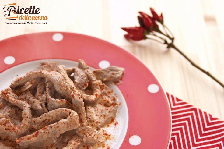 Dei bocconcini di vitello (o di manzo se preferite) resi più intensi dal gusto piccante della paprika e cremosi dalla panna. Un secondo piatto veloce e di sicuro effetto.
