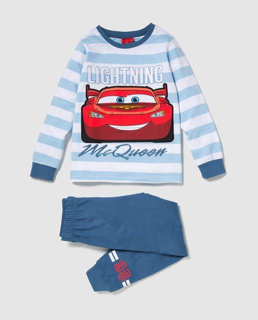 Pijama de dos piezas formado una camiseta de velour en rayas en color azul, de manga larga y cuello redondo. Detalle de print del personaje Disney de Cars. Pantalón en color azul a conjunto.