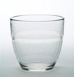Le verre en duralex utilisé à la cantine scolaire. Le nombre au fond du verre nous donnait notre âge du jour...