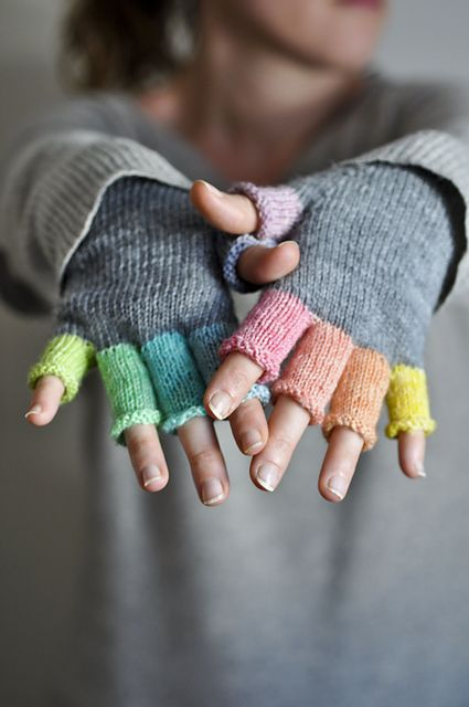Mitaines Rainbow Mitts designed by Elise Dupont. Great way to use up those several yards of leftover yarns that you can't bring yourself to throw out.