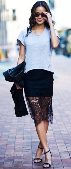Playera gris de algodón, falda de encaje y chamarra de cuero.  #streetstyle