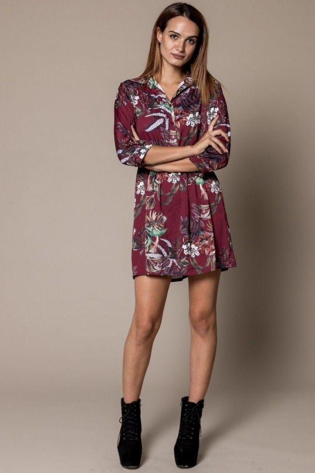Floral Print Tea Dress in Bordeaux Φλοράλ φόρεμα με σατέν υφή σε μπορντό χρώμα με κουμπιά στο πάνω μέρος και λάστιχο στη μέση. Άνετη εφαρμογή, one size. Το κορίτσι μας στην φωτογραφία έχει ύψος 1,74.  Σύνθεση: 97% Polyester, 3% Elastan