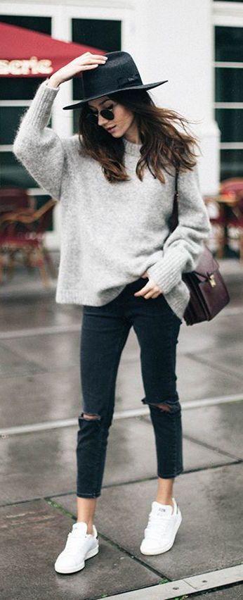 In Streetstyle Outfits für den Winter dürfen auffällig weiße Sneaker nicht fehlen. Ripped Jeans, die dazu noch etwas nach Hochwasser aussehen, sind genauso in Mode wie der Hut.