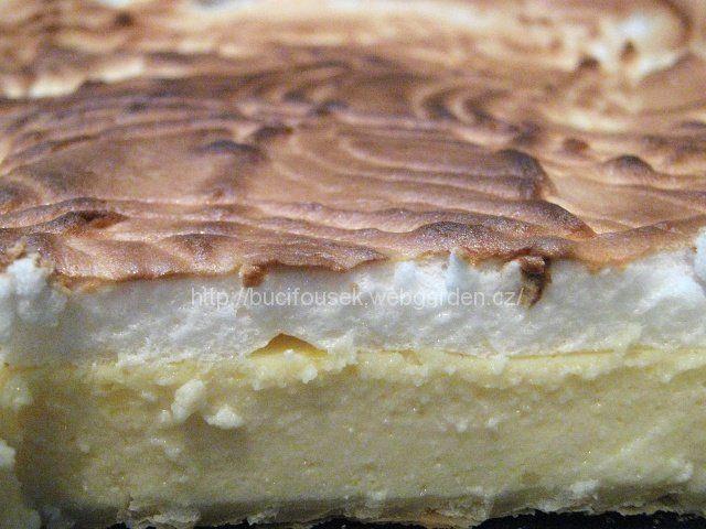 'Tvarohový krémeš' - FAMÓZNÍ!!! SUROVINYTěsto: 1 balíček listového těstaNáplň: 2 tvarohy ve vaničce, 180g moučkového cukru, 250ml mléka (pokud použijete tvaroh v kostce, tak dejte asi 500ml mléka), 100ml oleje, 1 vanilkový pudink (nevařit, dát jen prášek), 1 vanilkový cukr, 4 žloutky, 1 celé vejceSníh: 4 bílky + 4 polévkové lžíce cukru krystalPOSTUP PŘÍPRAVYListové těsto rozválíme na velikost plechu tak (použila jsem klasický buchťák s ušima, aby krémeš byl vyšší - jeho rozměry jsou…