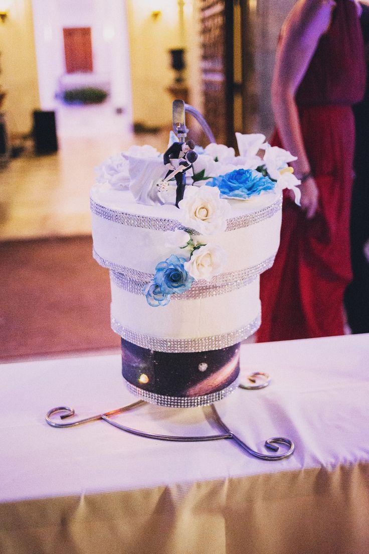 Tarta de bodas suspendida, iluminada y giratoria