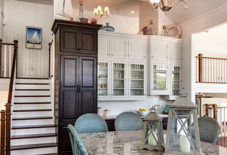 Классическая белая кухня: эстетика минимализма и 85 совершенных дизайнерских решений http://happymodern.ru/klassicheskaya-kuxnya-belaya-foto/ Кухонные шкафы выполнены из сосны, а столешницы из гранита – натуральные материалы в оформлении классической кухни
