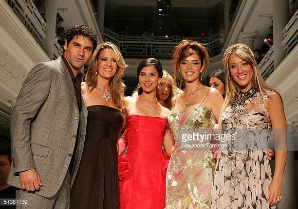 valentino-lanus-rebeca-de-alba-roselyn-sanchez-and-models-on-the-at-picture-id51381139 (612×430)