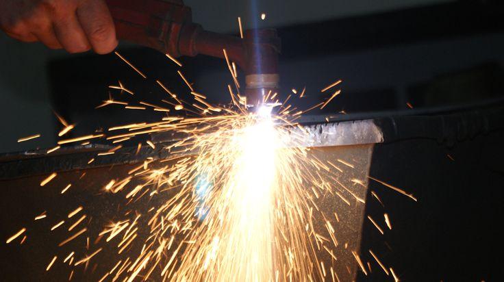 Cięcie palnikiem plazmowym blachy ze stali żarociągliwej.