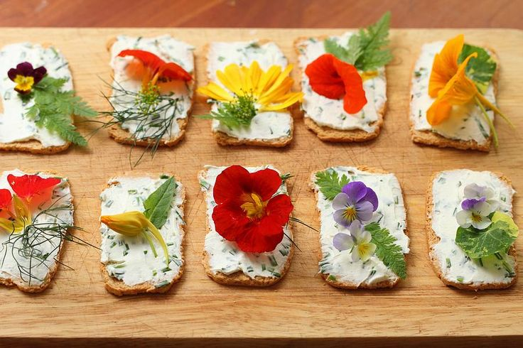 Edible flower canapés - http://www.diypinterest.com/edible-flower-canapes/