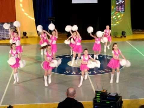 """Dziewczynki z klasy II szkoły w Rostarzewie przedstawiły układ choreograficzny z pomponami do utworu """"Holidays"""" z repertuaru Remady & Manu L podczas 22 finał..."""