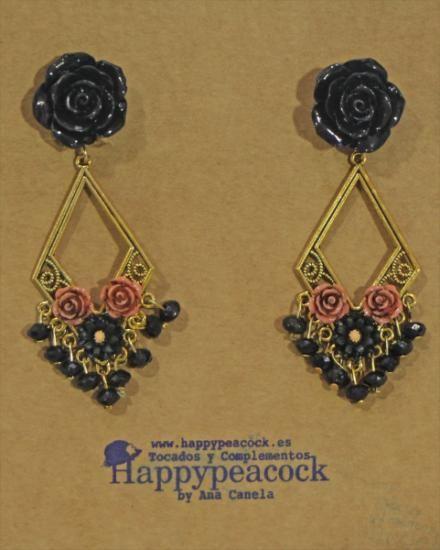 Pendientes de flamenca sobre filigrana tono oro viejo, flores de resina patinada, y cuentas.