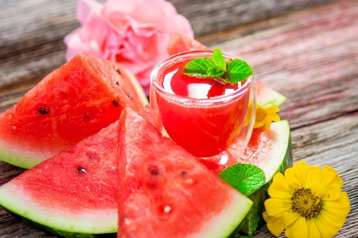 Ishrana za tople letnje dane podrazumeva najrazličitije vrste voća i povrća u kojima možemo da uživamo, i koji nam osiguravaju obilje vitamina i minerala koja podstiču različita korisna delovanja u našem organizmu.