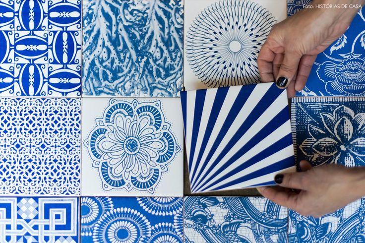 Diferentes estampas em tons de azul formam um lindo painel de azulejos.