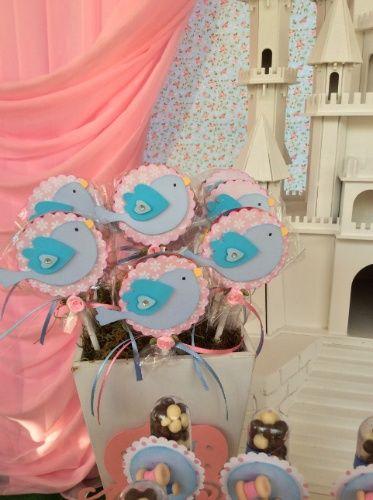 """Pirulitos decorados com passarinhos feitos com técnica de """"scrapbooking"""" eram uma das guloseimas servidas na festa com tema Cinderela, concebida pela La Belle Vie Eventos (www.facebook.com/labellevieeventos)"""
