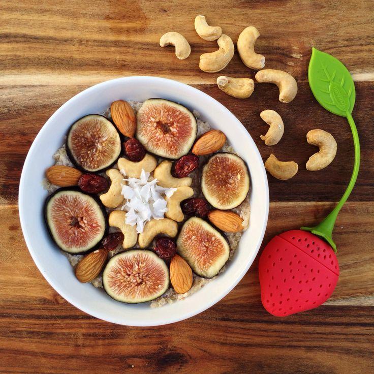 Porridge de quinoa!  - 1/2 taza quinoa cocida - 1/2 plátano - 1/2 taza leche de almendras - 1 cdta. extracto de vainilla - Aderezos de tu elección  Pon la leche a hervir en una olla pequeña y luego añade la quinoa. Deja hervir a fuego bajo durante 5 minutos aproximadamente. Mientras tanto muele la mitad de plátano con un tenedor hasta que quede hecha puré y luego agrégala a la avena. Después agrega el extracto de vainilla y revuelve. Pásala a un bowl y ponle por encima las que más te guste.
