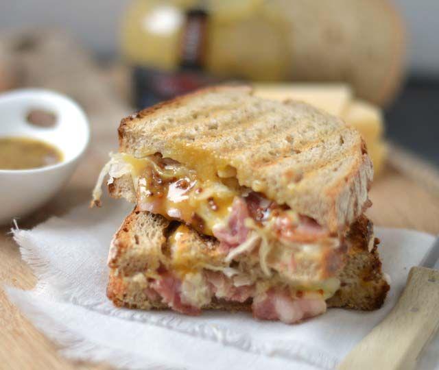 Tosti met zuurkool oftewel een heerlijke winterse tosti met een sausje van honing mosterd, kaas en uitgebakken katenspek, lekker!
