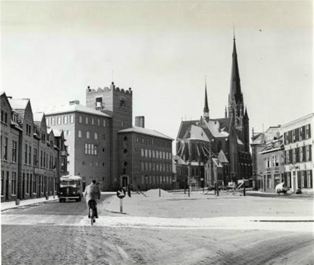 Breda - Het Telegrafeerkantoor en de R.K. kerk van O.L.V. Hemelvaart aan de Oude Vest in de jaren 50.