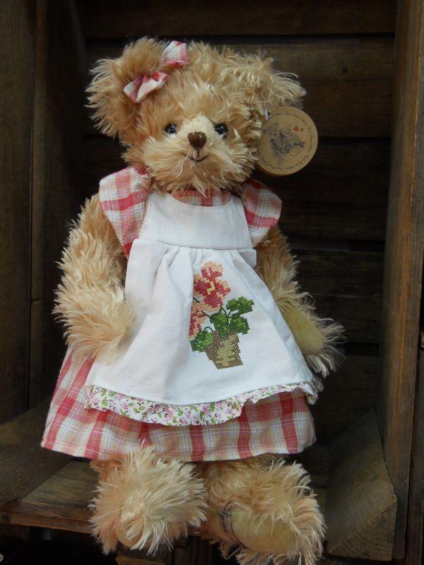 Aline, ours 35 cm, Louise Mansen, http://www.lamaisondemathurine.com/les-peluches-de-qualite-2/louise-mansen/