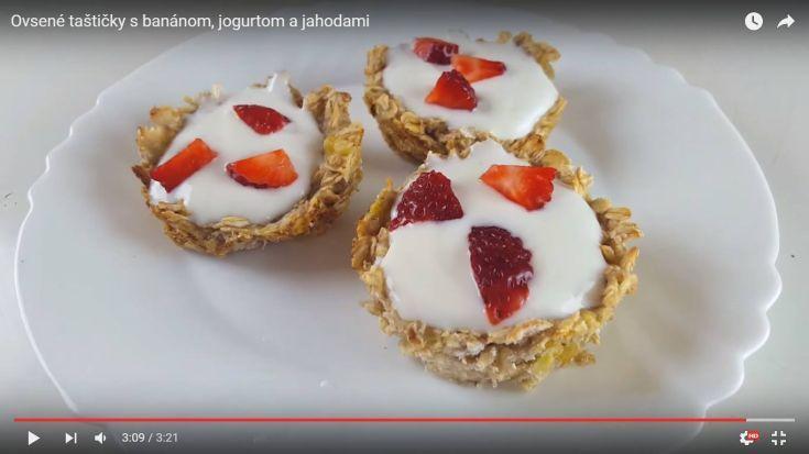 Videorecept: Ovsené taštičky s banánom, jogurtom a jahodami