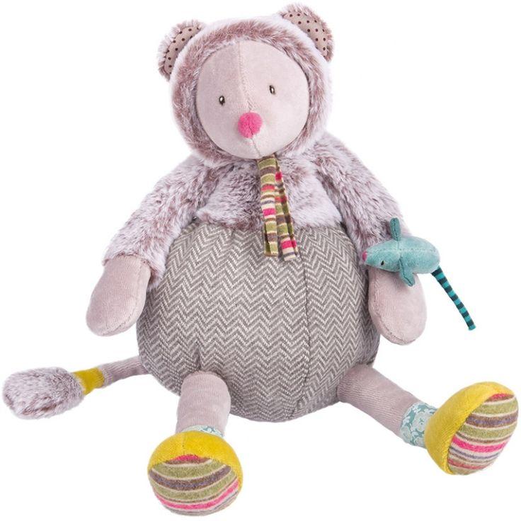 La peluche souris grise Les Pachatspar Moulin Roty est en velours et fourrure d'une extrême douceur, vêtue d'un petit manteau de fourrure et coiffée d'un capuchon, elle deviendra le compagnon de bébé.
