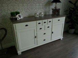 De kast is gedaan met twee favoriete Annie Sloan kleuren die vaak samen worden gebruikt namelijk Annie Sloan krijtverf Old White in combinatie met Annie Sloan krijtverf French Linen. Het geheel is uiteraard afgewerkt met Soft Wax.